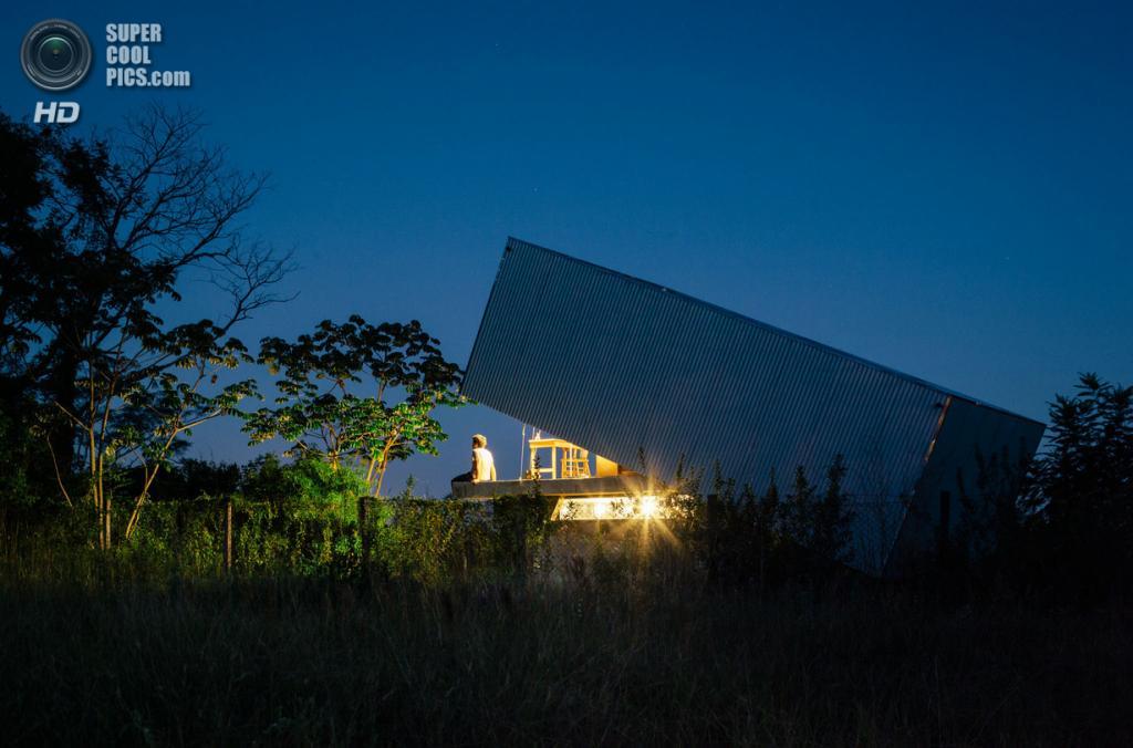 Парагвай. Асунсьон. Частный дом Caja Oscura, спроектированный Javier Corvalán + Laboratorio de Arquitectura. (Pedro Kok)