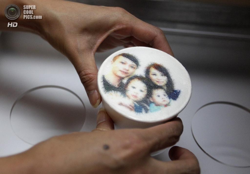 Тайвань. Тайбэй. 13 августа. Ароматный латте с семейным портретом заказчиков. (REUTERS/Pichi Chuang)