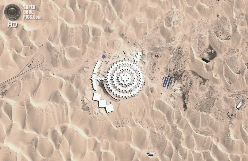 Китай. Ордос, Внутренняя Монголия. Вид на гостиницу Desert Lotus Hotel  со спутника. (DigitalGlobe/Google)