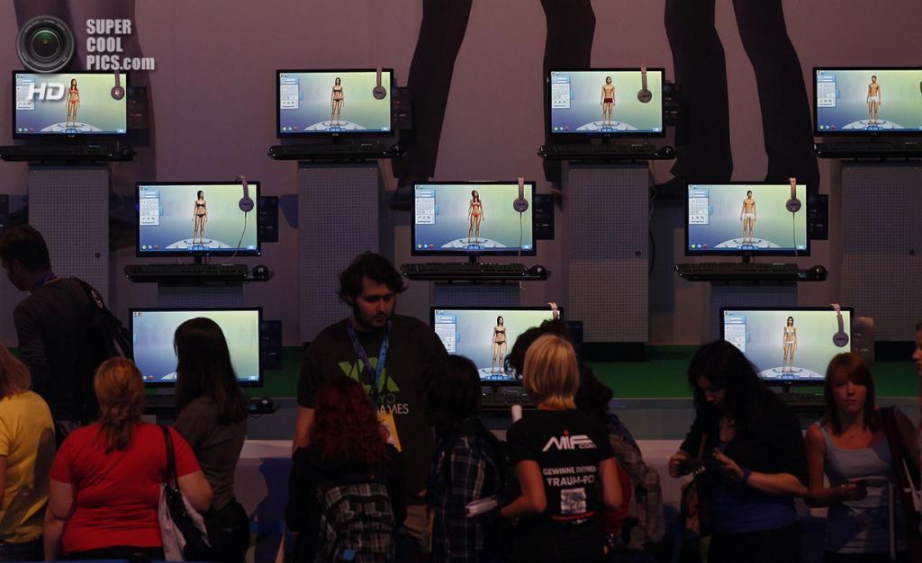 Германия. Кёльн, Северный Рейн — Вестфалия. 21 августа. Стенд Electronic Arts, рекламирующий очередную версию жизнезаменителя «The Sims 4». (REUTERS/Ina Fassbender)