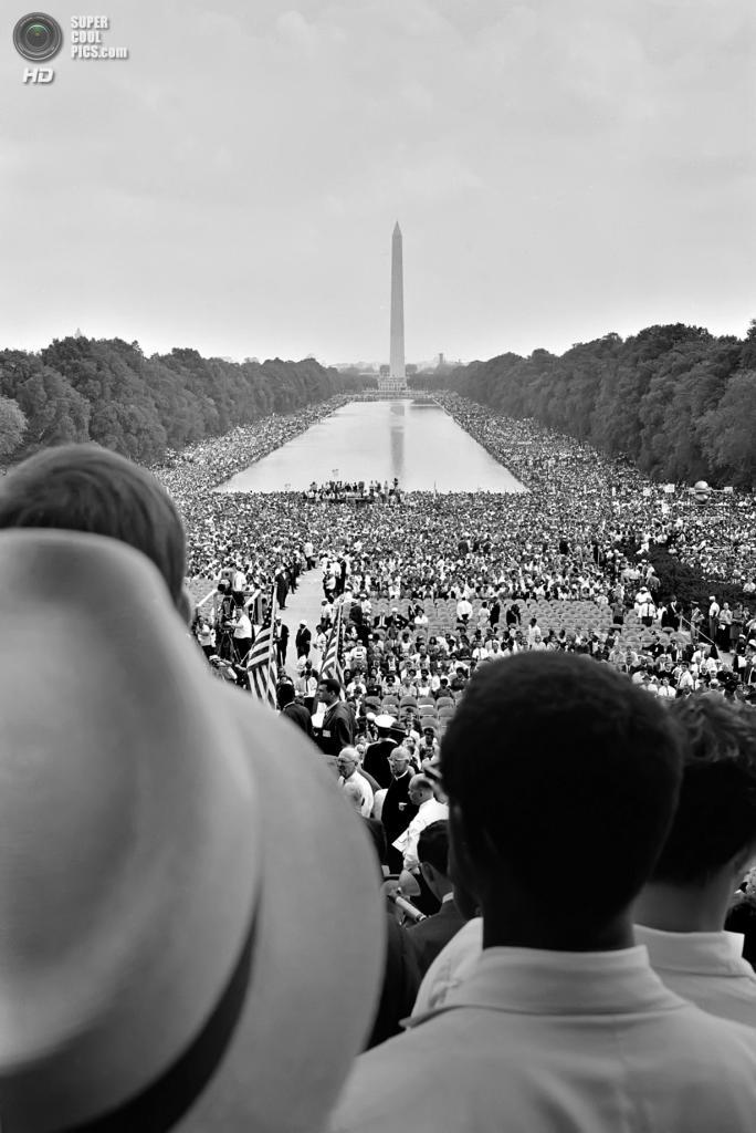 США. Вашингтон. 28 августа 1963 года. Многотысячная толпа у отражающего бассейна во время «Марша на Вашингтон за труд и свободу». (Library of Congress)