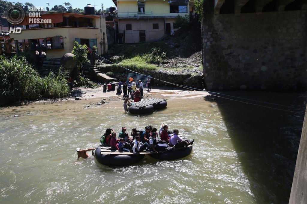 Мексика. Талисман, Чьяпас. 1 августа. Группа гватемальских нелегальных иммигрантов плывёт по реке Сучьяте. (John Moore/Getty Images)