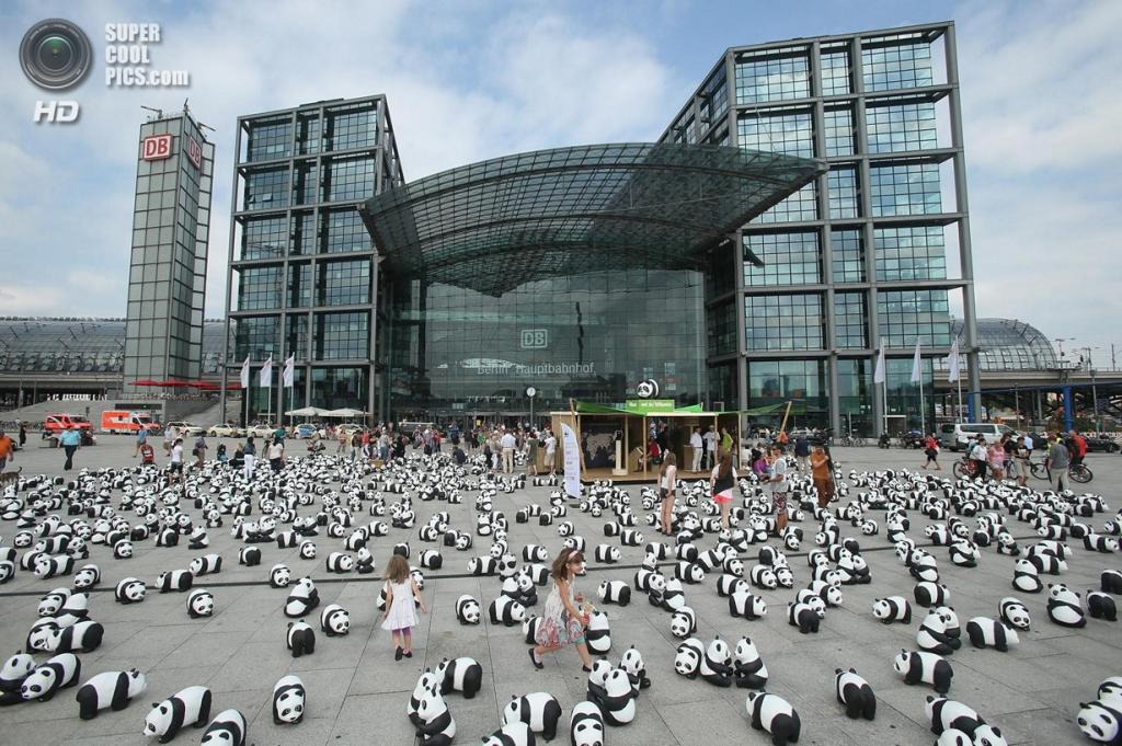 Германия. Берлин. 1600 фигурок панд у Берлинского железнодорожного вокзала в рамках акции WWF. (Sean Gallup/Getty Images)