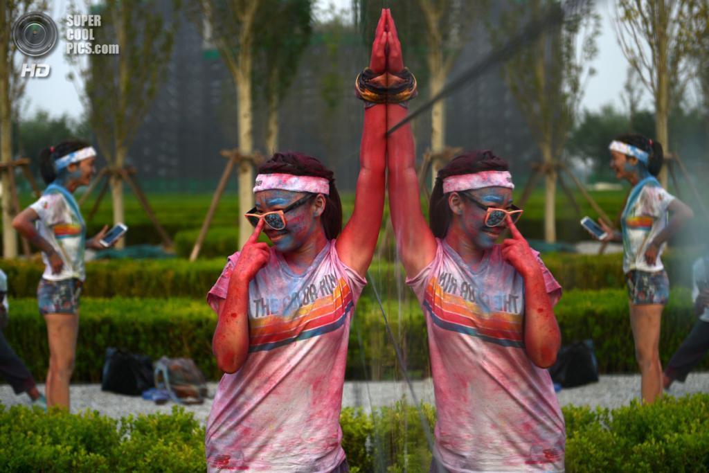Китай. Пекин. 10 августа. Участники первого китайского «цветного забега» The Color Run. (WANG ZHAO/AFP/Getty Images)
