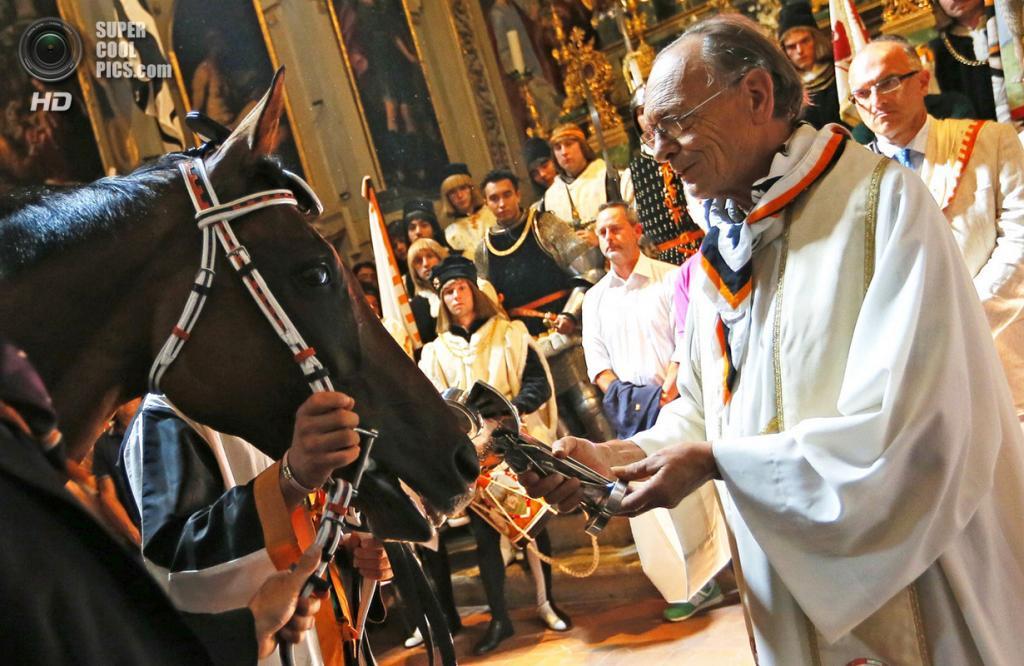 Италия. Сиена. 16 августа. Благословение лошадей в церкви Святого Роха перед забегом. (Fabio Muzzi/Getty Images)