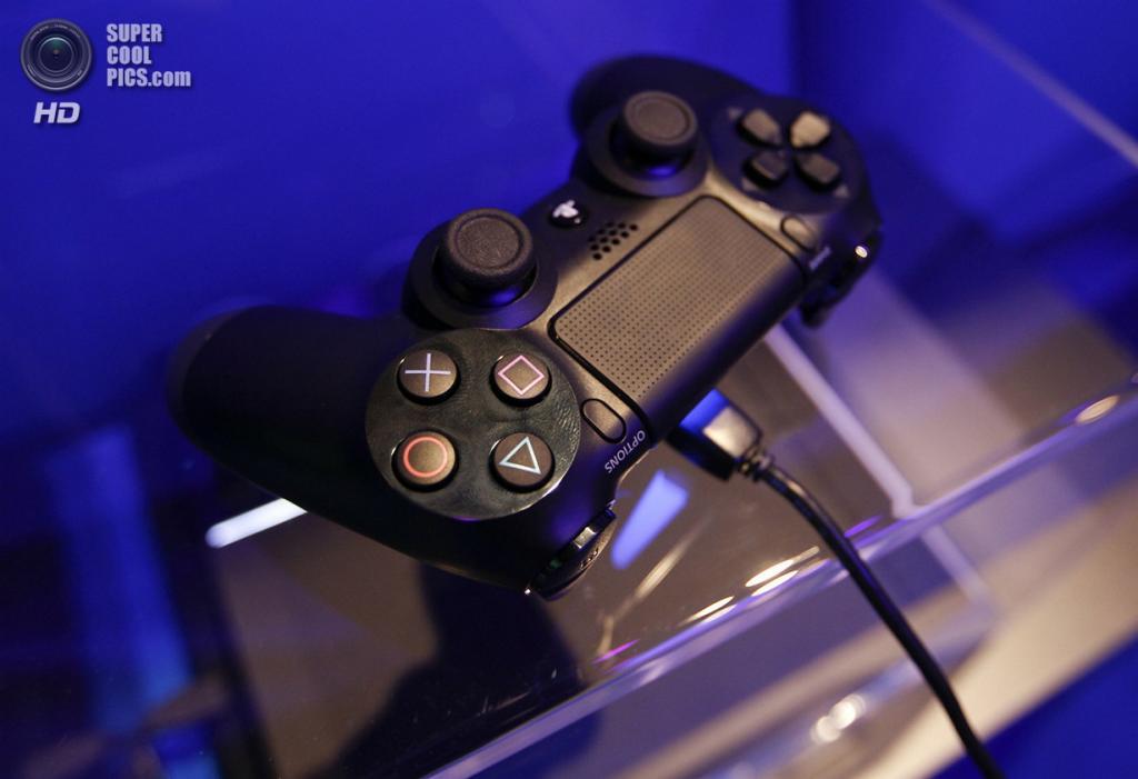 Германия. Кёльн, Северный Рейн — Вестфалия. 21 августа. Геймпад от PlayStation 4. Компания Sony получила более миллиона предзаказов на свою игровую консоль нового поколения. (REUTERS/Ina Fassbender)