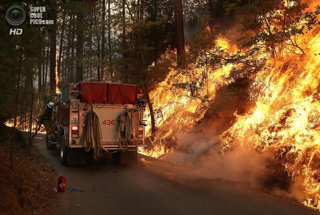 США. Гровленд, Калифорния. 21 августа. Пожарная машина в непосредственной близости к огню. (Justin Sullivan/Getty Images)