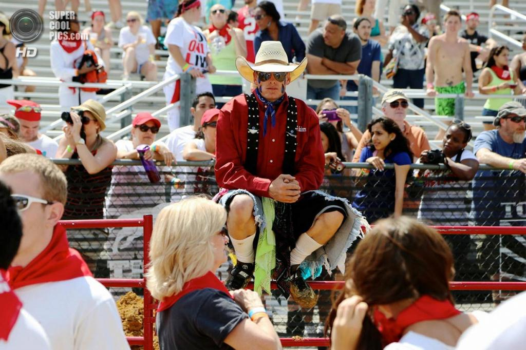 США. Питерсберг, Вирджиния. 24 августа. Во время The Great Bull Run, имитирующего испанские фестивали «Сан-Фермин» и «Томатина». (Kaitlin Newman)