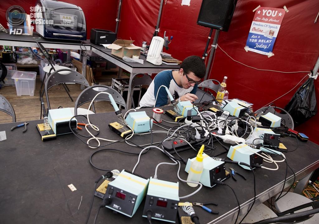 Нидерланды. Норд-Схарвауде, Северная Голландия. 31 июля. На хакерском фестивале OHM2013, который проводится раз в четыре года на открытом воздухе. (ANP/Jerry Lampen)