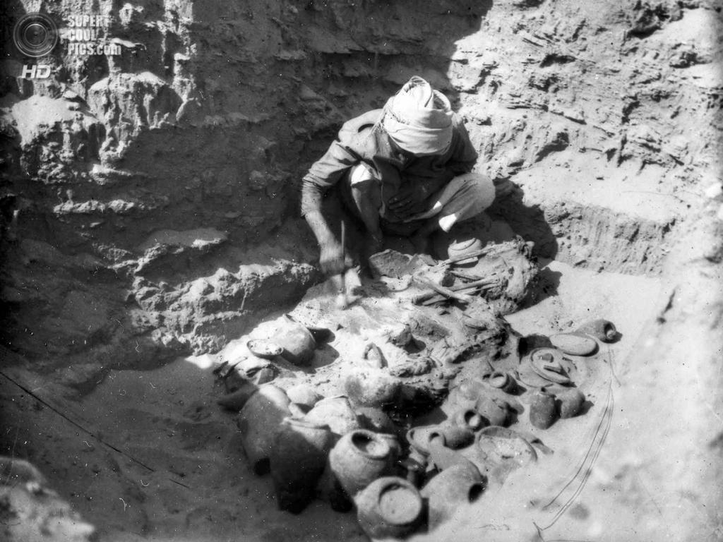 Египет. Аль-Гирза. 1911 год. Археолог на раскопках захоронений времён Герзейской культуры, где были обнаружены украшения. (Pitt Rivers Museum)