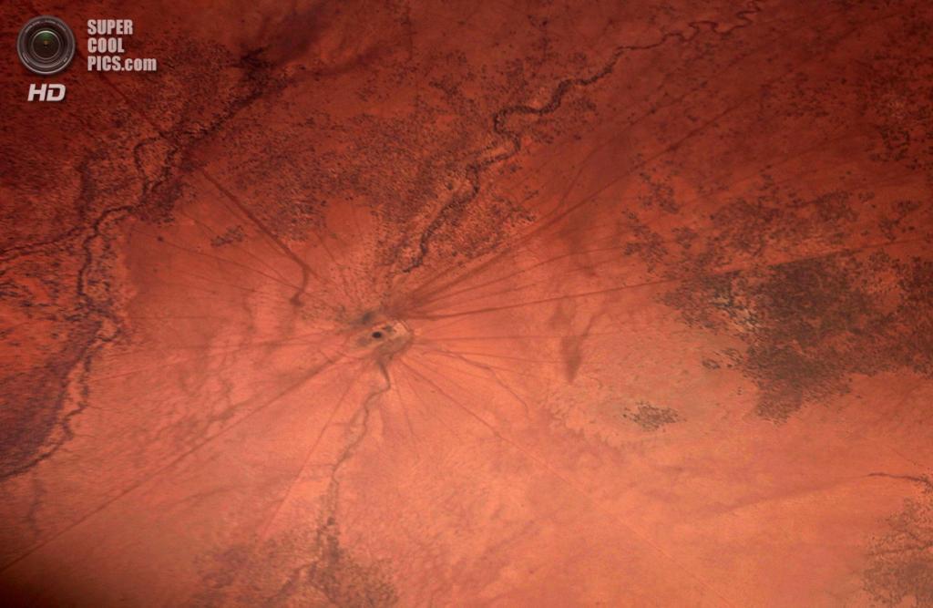 Австралия. Северная территория. 15 июля. Дороги, ведущие к роднику в пустыне Танами. (REUTERS/David Gray)