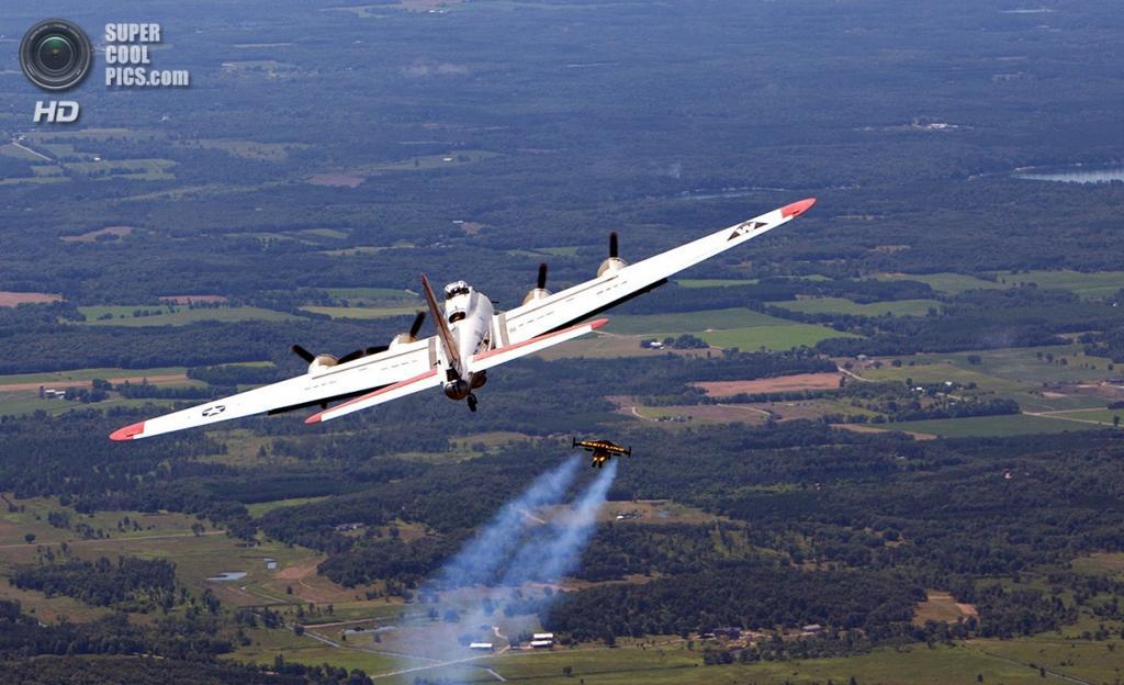 США. Ошкош, Висконсин. 29 июля. Первый испытательный полёт Ива «Джетмена» Росси на авиасалоне EAA AirVenture. (Mike Shore/Courtesy of Breitling)