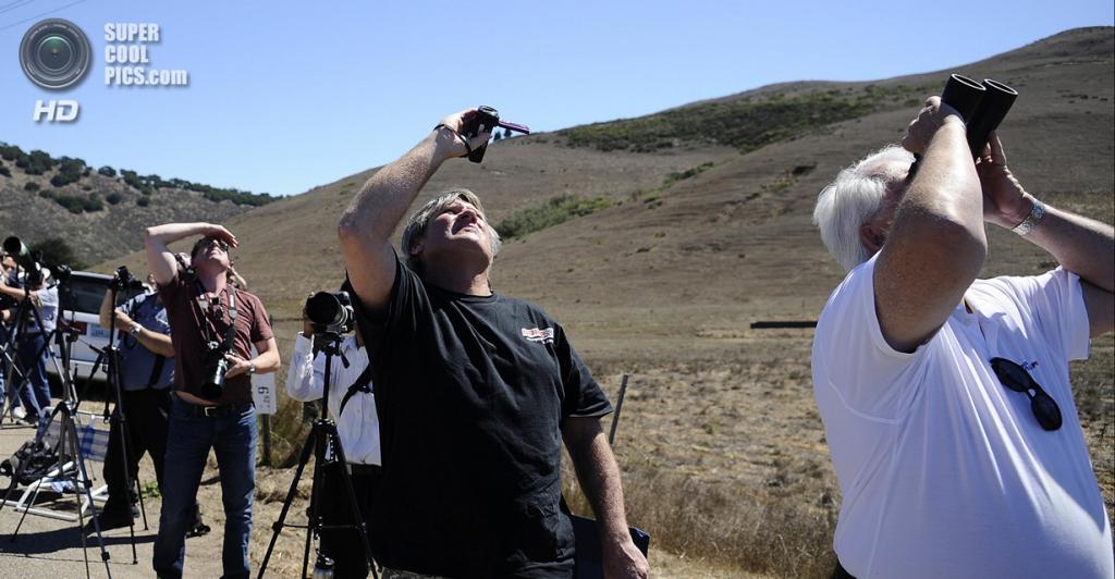 США. Калифорния. 28 августа. Очевидцы запуска тяжелой ракеты-носителя «Дельта-4» с засекреченным спутником. (REUTERS/Gene Blevins)