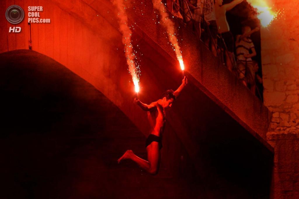 Босния и Герцеговина. Мостар, Герцеговино-Неретвенский кантон. Ночные прыжки с факелами. (AP Photo/Amel Emric)