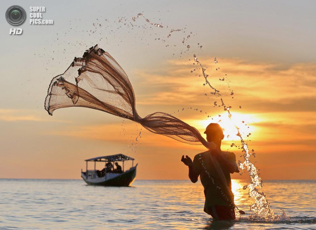 Приз зрительских симпатий: Другая перспектива дня. «Рыбак на пляже Бира, Макасар, Южное Сулавеси, Индонезия». (Dody Kusuma/National Geographic Traveler Photo Contest)