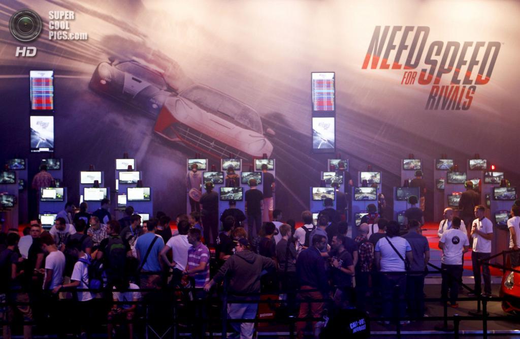 Германия. Кёльн, Северный Рейн — Вестфалия. 21 августа. Посетители Gamescom 2013 рубятся в кроссплатформенный гоночный симулятор «Need for Speed Rivals». (REUTERS/Ina Fassbender)