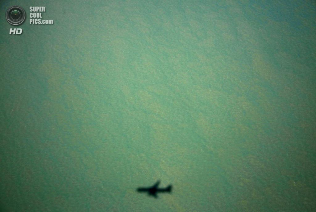 Австралия. Арнем-Ленд, Северная территория. 15 июля. Тень от самолёта Boeing 767 в водах залива Карпентария. (REUTERS/David Gray)