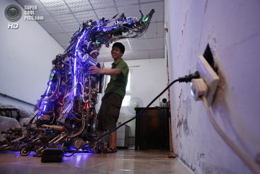 Китай. Пекин. 8 августа. Тао Сянли проводит демонстрацию «Короля инноваций». (REUTERS/Kim Kyung-Hoon)