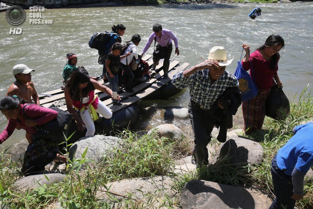 Мексика. Талисман, Чьяпас. 1 августа. Группа гватемальских нелегальных иммигрантов ступает на мексиканскую землю. (John Moore/Getty Images)