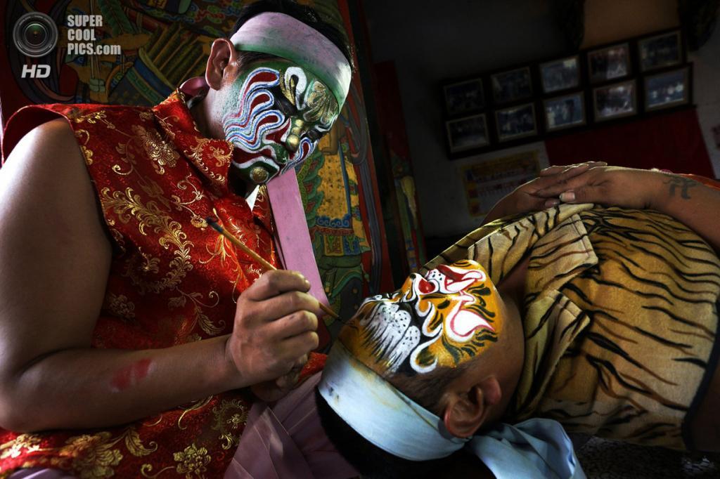Достойный победы: Гуаньцзян Шоу. «Выступление Гуаньцзян Шоу является одним из самых популярных видов деятельности во время традиционных народных собраний на Тайване. Со своими яростно разукрашенными лицами, выступающими клыками и мощными хореографическими постановками, артисты легко узнаваемы. Их можно описать как подземных полицейских или телохранителей богов». (Chan Kwok Hung/National Geographic Traveler Photo Contest)