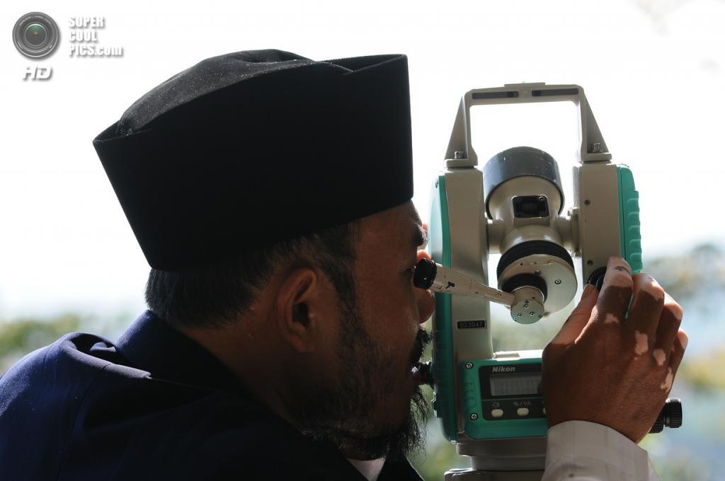 Индонезия. Гресик, Восточная Ява. 7 августа. Индонезийские мусульмане-астрономы наблюдают за луной, чтобы объявить об окончании Рамадана. (Robertus Pudyanto/Getty Images)