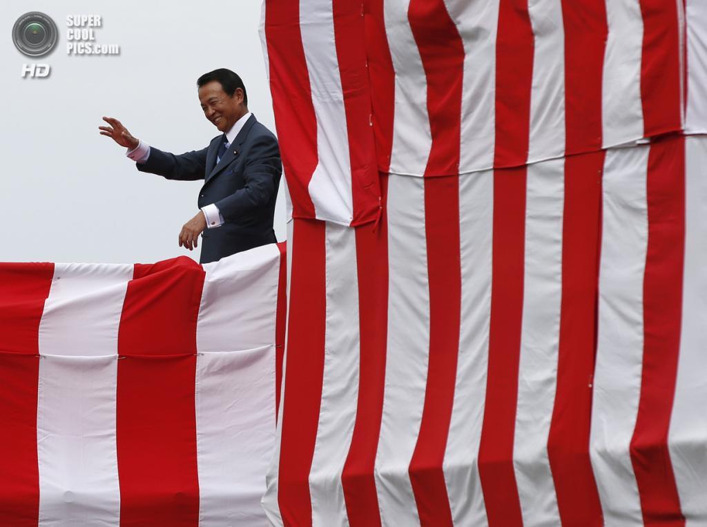 Япония. Йокогама, Канагава. 6 августа. Заместитель премьер-министра Японии, министр финансов Японии Таро Асо на презентации первого эскадренного миноносца-вертолётоносца типа «Идзумо» DDH183. (REUTERS/Toru Hanai)