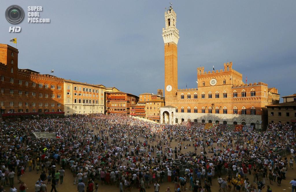 Италия. Сиена. 16 августа. Тысячи зрителей со всего света наполняют площадь дель Кампо. (Fabio Muzzi/Getty Images)