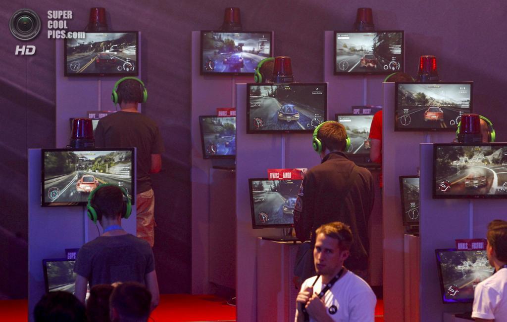 Германия. Кёльн, Северный Рейн — Вестфалия. 21 августа. Там же, у стенда «Need for Speed Rivals». (REUTERS/Ina Fassbender)