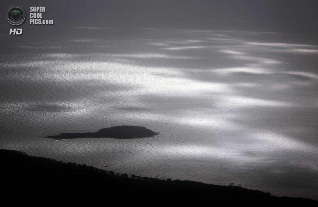 Австралия. Арнем-Ленд, Северная территория. 15 июля. Тени низко нависших облаков вдоль побережья. (REUTERS/David Gray)