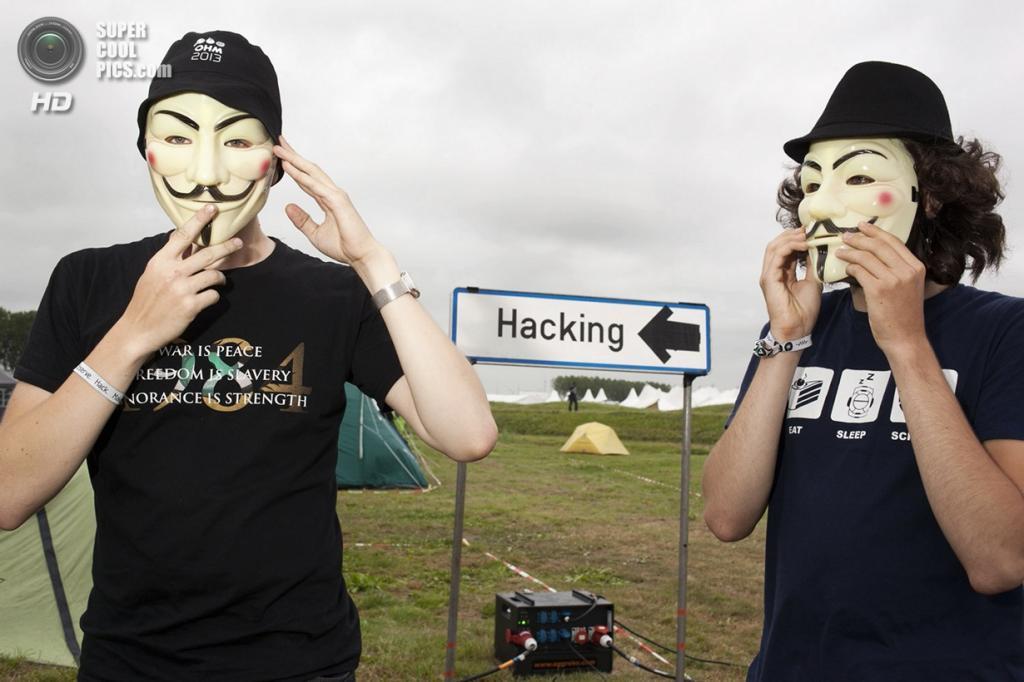 Нидерланды. Норд-Схарвауде, Северная Голландия. 31 июля. На хакерском фестивале OHM2013, который проводится раз в четыре года на открытом воздухе. (Martijn van de Griendt)