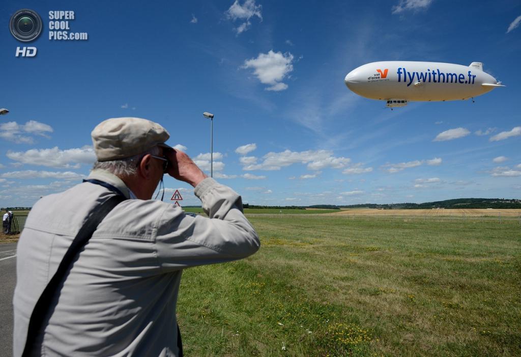 Франция. Кормей-ан-Вексен, Иль-де-Франс. 4 августа. Во время первого полёта дирижабля Zeppelin NT в рамках новой туристической услуги компании Airship Paris. (ERIC FEFERBERG/AFP/Getty Images)