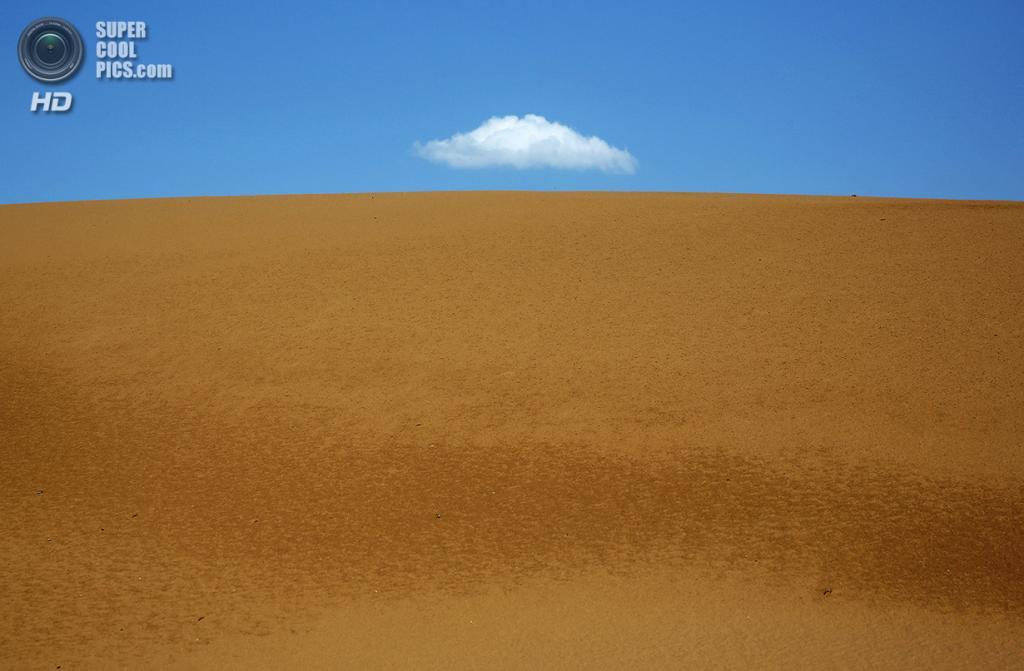 Китай. Ордос, Внутренняя Монголия. 19 июля. Одинокое облако над пустыней Му-Ус. (Feng Li/Getty Images)
