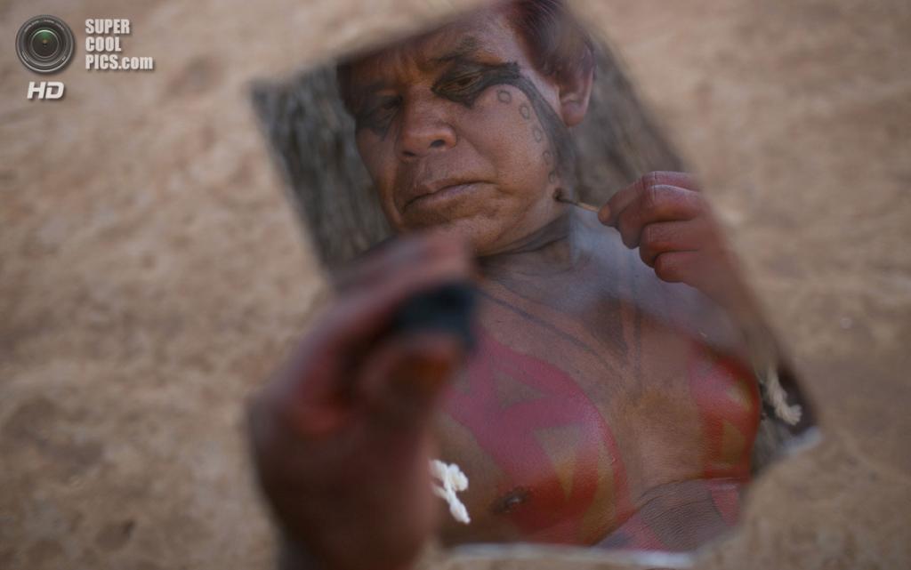 Бразилия. Национальный парк Шингу, Мату-Гросу. 24 августа. Во время поминального ритуала «Кваруп» индейцев ваура. (REUTERS/Ueslei Marcelino)