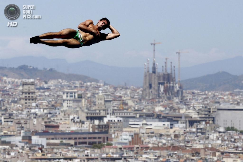 Испания. Барселона, Каталония. Иван Гарсия из Мексики на соревнованиях по прыжкам в воду с 10-метровой платформы на Чемпионате мира по водным видам спорта 2013 года. (AP Photo/Daniel Ochoa de Olza)