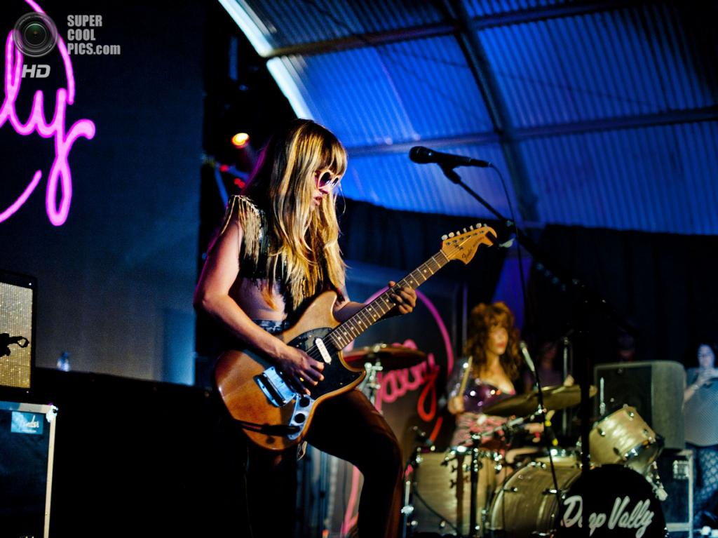 Нидерланды. Биддингхёйзен, Флеволанд. 18 августа. Вокалистка-гитаристка американской рок-группы Deap Vally Линдсей Трой. (NRC/Andreas Terlaak)