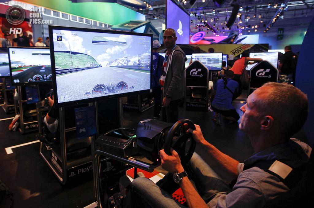 Германия. Кёльн, Северный Рейн — Вестфалия. 21 августа. Тестовый заезд по виртуальному миру гоночного симулятора «Gran Turismo 6». (REUTERS/Ina Fassbender)