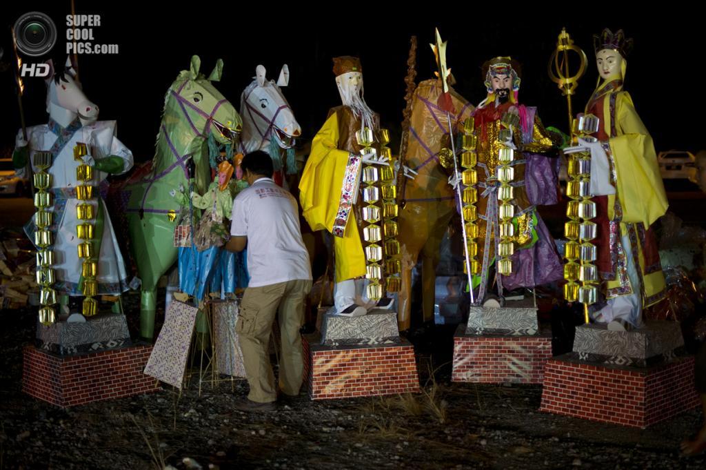 Малайзия. Куала-Лумпур. 16 августа. Фестиваль голодных духов. (MOHD RASFAN/AFP/Getty Images)