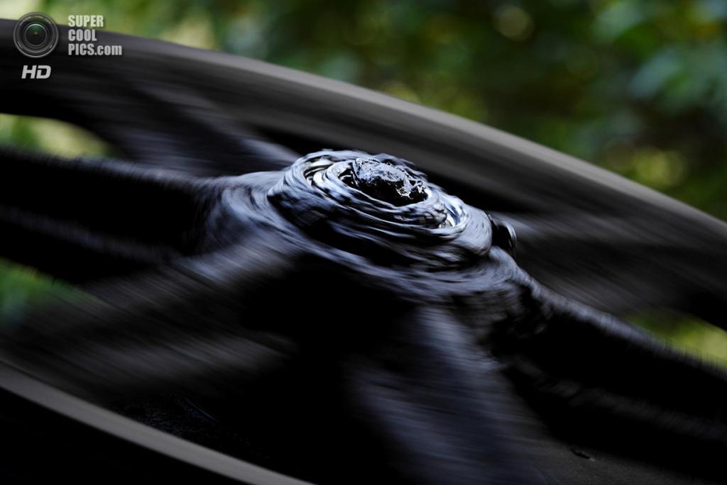 Грузия. Чиатура, Имеретия. Обильно смазанное колесо-маховик канатной дороги «Мир». Большинство таких линий в Чиатуре представляют собой два вагончика, соединённых одним тросом: электромотор тащит один из них вниз, используя его вес для того, чтобы поднимать вверх другой. (Amos Chapple)