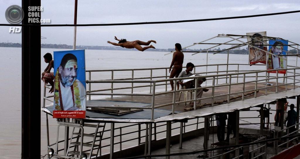 Индия. Варанаси, Уттар-Прадеш. Мужчины ныряют в Ганг с пирса. (AP Photo/Rajesh Kumar Singh)