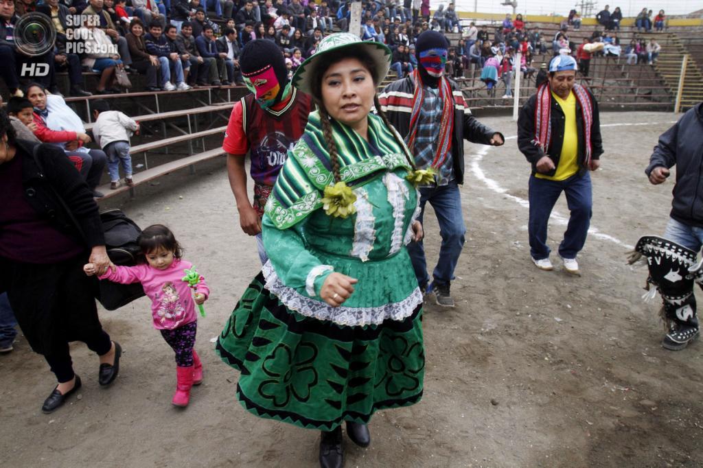 Перу. Лима. 14 июля. Во время ритуальных боёв кечуа, называемых Таканакуй. (AP Photo/Karel Navarro)
