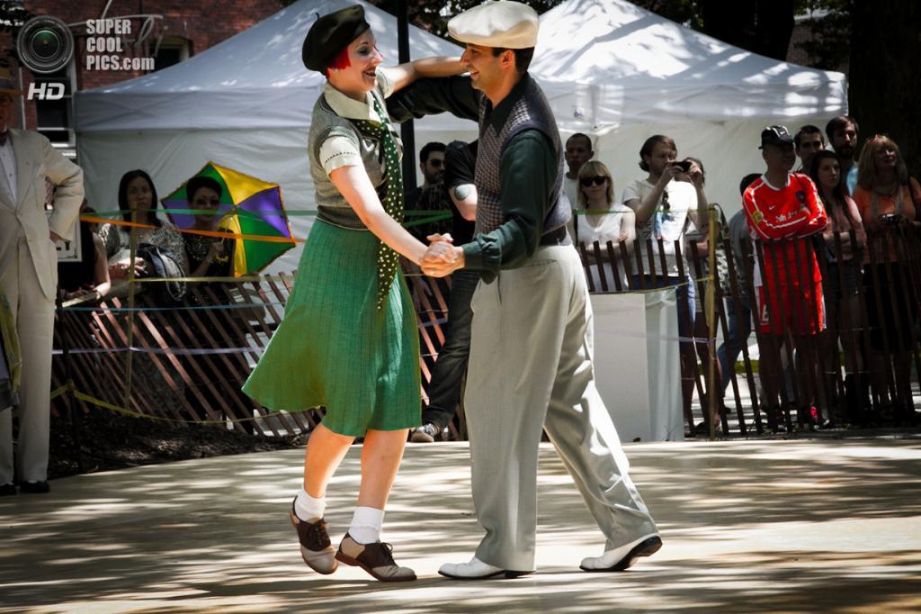 США. Нью-Йорк. Во время фестиваля Jazz Age Lawn Party на Губернаторском острове. (Tali Blankfeld)