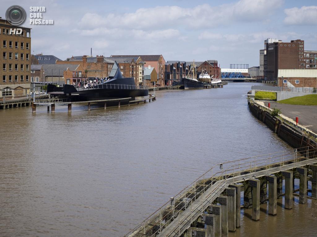 Великобритания. Кингстон-апон-Халл, Англия. Пешеходный мост через реку Халл, спроектированный McDowell + Benedetti. (Timothy Soar)