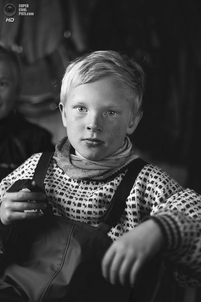 Достойный победы: Дети северного оленя. «Микаэль Анде, ребёнок саамских оленеводов, отдыхает в доме после длинного холодного дня сгона животных для вакцинации и отправки на бойню. Дети оленеводов учатся обращаться с животными и землёй с младенчества. Малыш Микаэль знает гораздо больше о природе, чем я мог только надеяться узнать. Магерёйя, Норвегия». (Michelle Schantz/National Geographic Traveler Photo Contest)