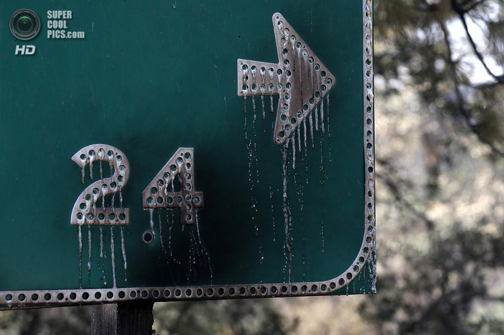 США. Гровленд, Калифорния. 23 августа. Обгоревший дорожный знак. (Justin Sullivan/Getty Images)