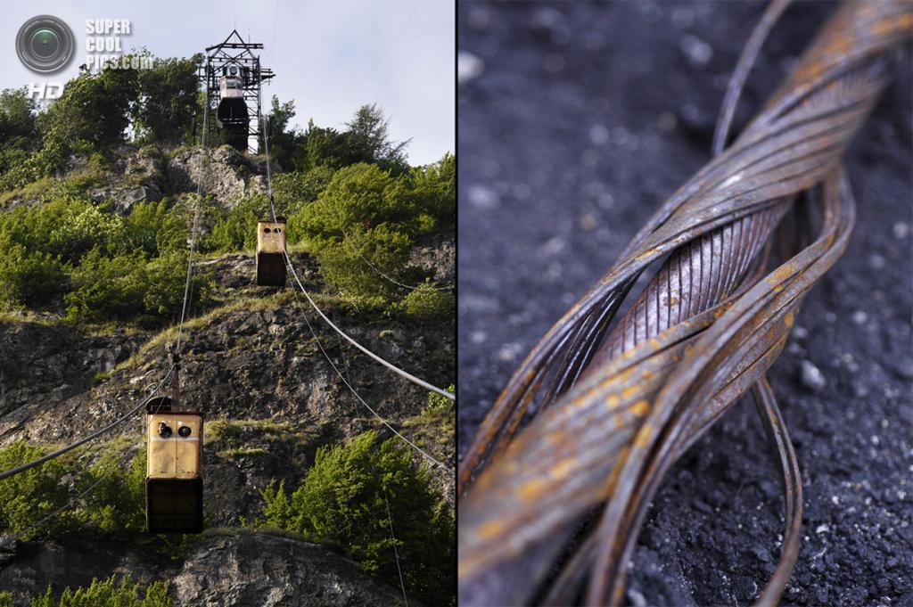 Грузия. Чиатура, Имеретия. На некоторых линиях не предусмотрены системы торможения: если буксировочный трос оказывается поврежденным, вагончик начинает катиться по нему вниз. Такое случилось в 1990 году на подвесной дороге в Тбилиси, когда погибли 20 человек. На фото справа: повреждённый трос канатной дороги; каждый его метр весит 12 кг. (Amos Chapple)
