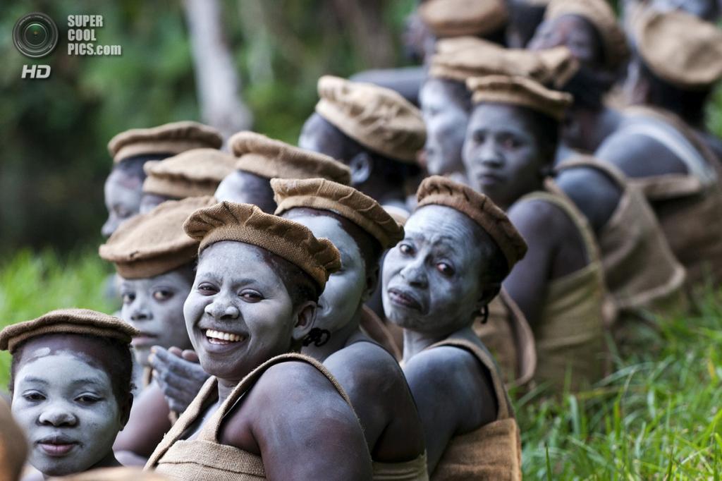 Достойный победы: Секта Татахонда. «Я смог попасть внутрь закрытой секты под названием Татахонда в Демократической Республике Конго. Женщины готовятся к религиозной церемонии». (Gergely Lantai-Csont/National Geographic Traveler Photo Contest)