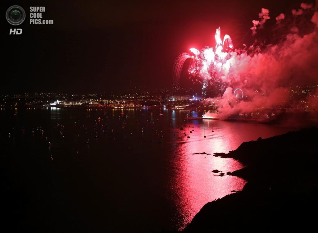 Великобритания. Плимут, Девон, Англия. 13 августа. Салют во время первой ночи ежегодного чемпионата Великобритании по пусканию фейерверков. (Matt Cardy/Getty Images)