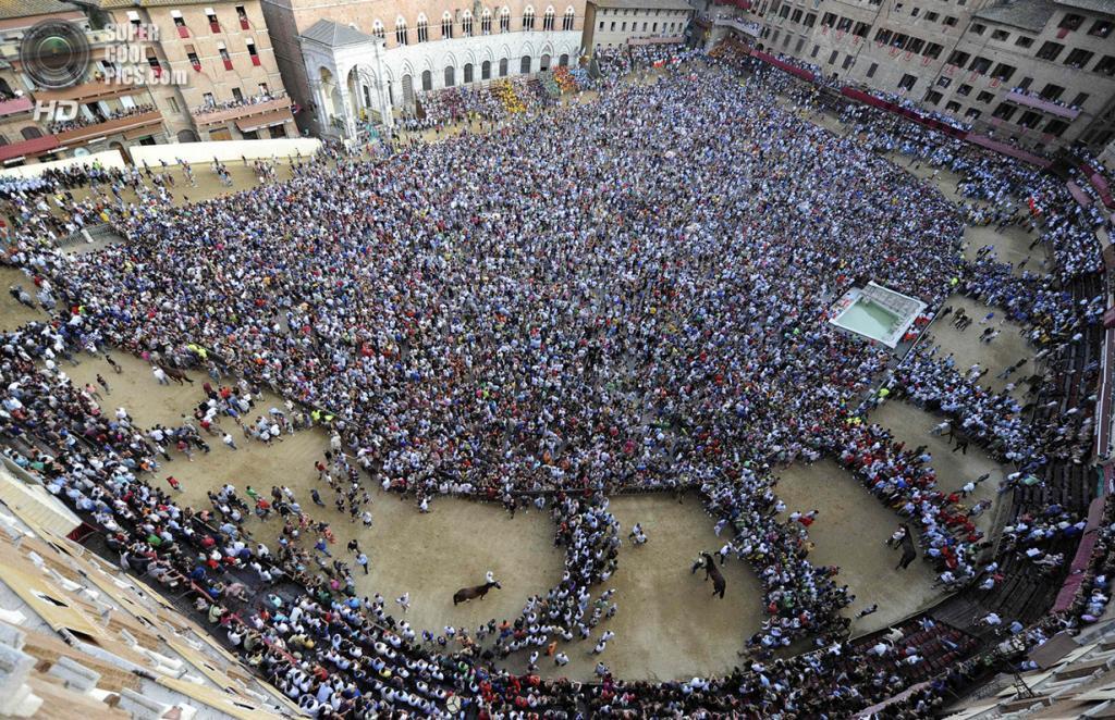 Италия. Сиена. 16 августа. Общий вид на площадь дель Кампо перед забегом. (REUTERS/Stefano Rellandini)