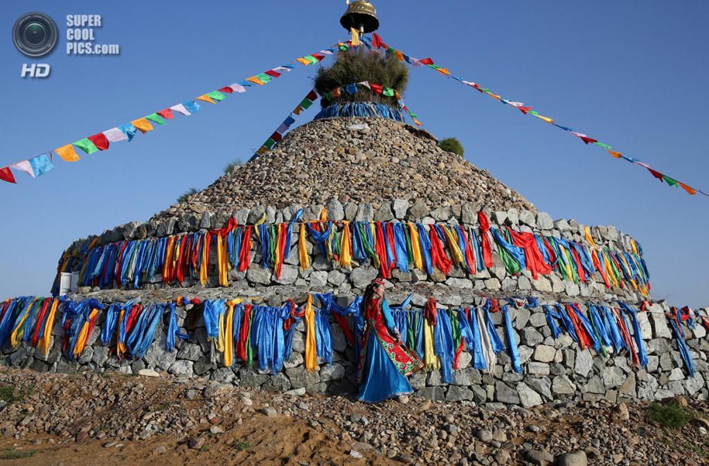 Китай. Ордос, Внутренняя Монголия. 19 июля. Танцовщица в национальном монгольском костюме. (Feng Li/Getty Images)