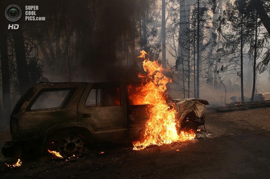 США. Гровленд, Калифорния. 25 августа. Автомобиль, поглощённый огнём. (Justin Sullivan/Getty Images)